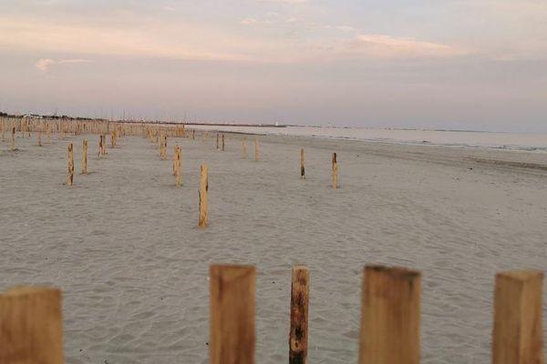 La plage du Couchant, à la grande-Motte, dont une partie a été découpée en emplacements à réserver pour poser sa serviette.