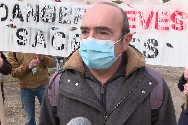 Le secrétaire général académique du SNES à Bordeaux,Jean-Pascal Méral, avant le départ du cortège place de la République à Bordeaux.