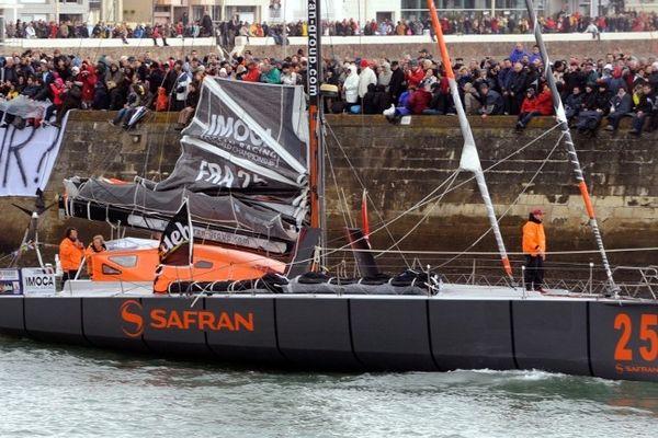 Marc Guillemot quittant le port des Sables sur Safran samedi 10 novembre au matin
