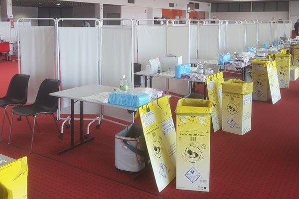 Des boxes ont été installés dans une aile de l'aéroport pour faciliter la pratique des tests covid. 6 000 passagers devraient être testés chaque semaine à Saint-Exupéry.