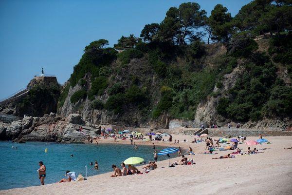 Lloret de Mar. Masque obligatoire pour aller de chez soi à la plage mais non imposé pendant la baignade et les séances de bronzage.
