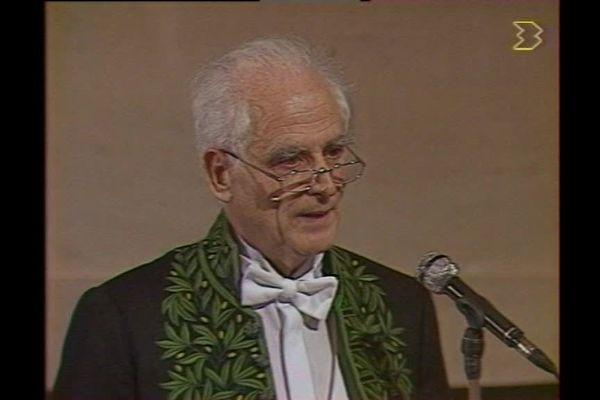 Michel Serres lors de la lecture de son remerciement sous la Coupole