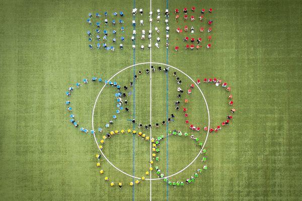 À l'occasion des JO de Paris 2024, des écoliers de Cap d'Ail se sont rassemblés pour former les cinq anneaux olympiques dans le stade Didier Deschamps.