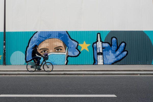 Une fresque de street art ephemere en hommage aux soignants realise par Le street artiste JBC aux abords de l'hôpital de la Pitié Salpêtrière