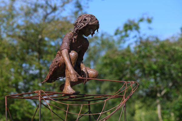 Une oeuvre de l'artiste Nell stride dans le parc du moulin d'Ar Milin à Châteaubourg