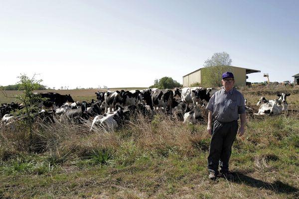Avec le manque de pluie de l'été, les pâturages ne suffisent plus à nourrir les 200 vaches du troupeau. Daniel Perrin cherche comment mieux anticiper les longues périodes de sécheresse.