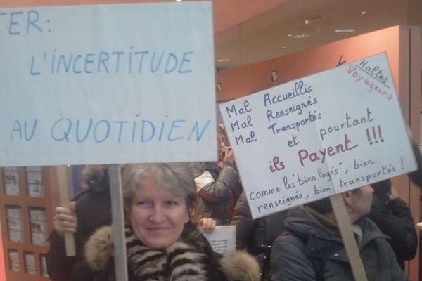 Des usagers manifestent à la gare de Toulouse Matabiau (26/01/2013)