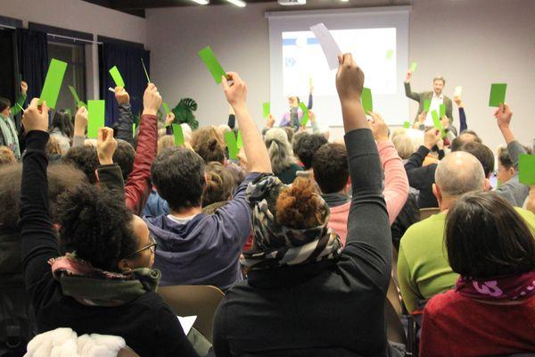 Les membres de la coopérative lors d'un vote.