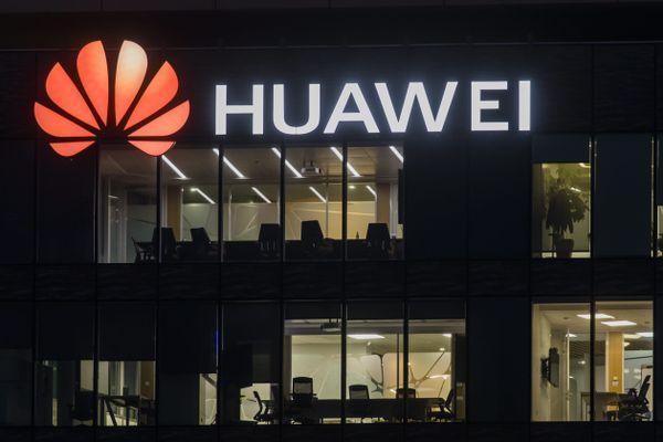 Le siège de la filiale française du géant chinois de l'électronique Huawei, à Boulogne-Billancourt, photographié de nuit. C'est un important investisseur en Alsace.
