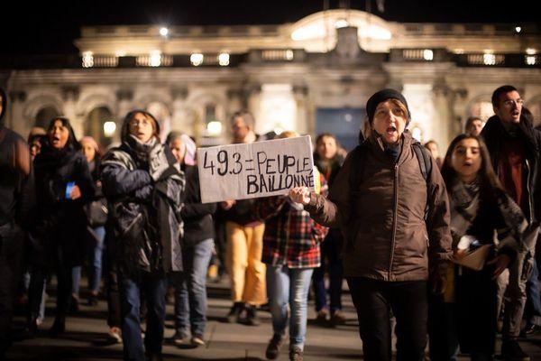 Près de 200 personnes se sont réunies hier soir, pour protester contre l'utilisation du 49-3.