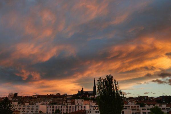 Ghislaine Borie admire de sa fenêtre Clermont-Ferrand et a saisi ce cliché lors d'un coucher de soleil.