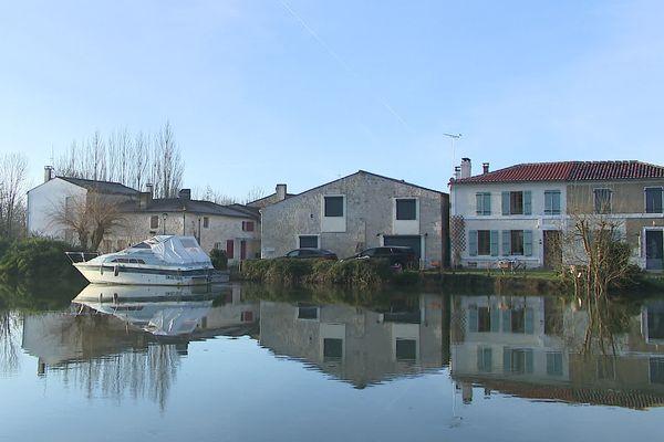 """La vigilance orange """"crues"""" est maintenue ce dimanche sur le tronçon aval de la Charente comme ici à Le Mung (Charente-Maritime)."""