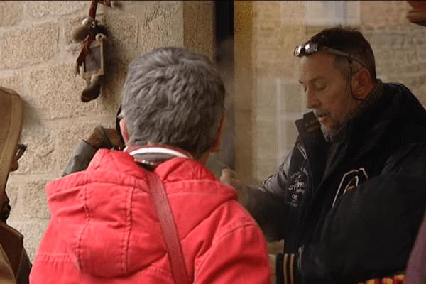 Moment de convivialité dans les rues d'Eymoutiers, en Haute-Vienne, autour de la soupe que Jean-Michel sert à tous les passants.