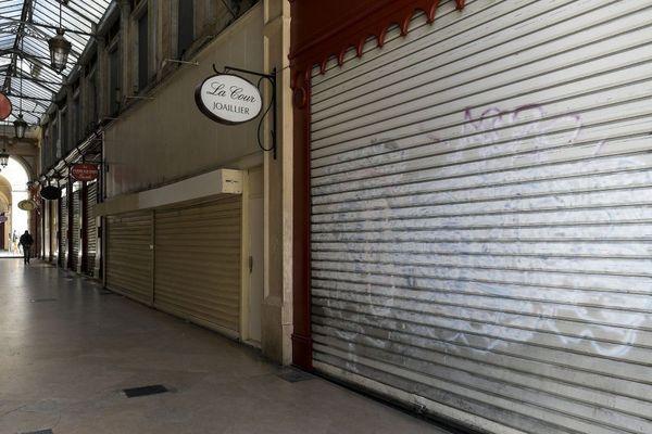 Comment éviter le choc pour les entreprises à l'arrêt ou au ralenti. La galerie bordelaise dans le centre de Bordeaux, les commerces sont fermés.