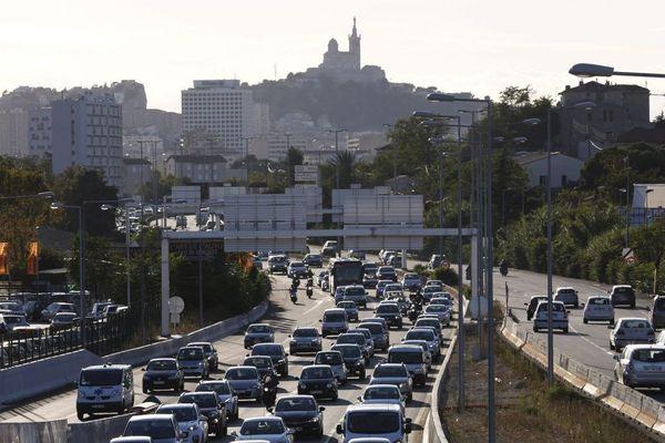 Illustration sur les embouteillages quotidiens à l'entrée et à la sortie de Marseille sur l'auroroute Est A50.