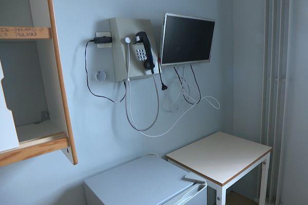 En l'absence de parloirs, des téléphones ont été installés dans les cellules. Toutes n'en sont pas encore équipées. A court terme, l'administration réfléchit à installer un système de visio-téléphonie