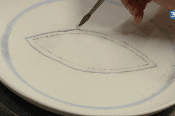 Atelier de peinture de faïencerie chez Henriot