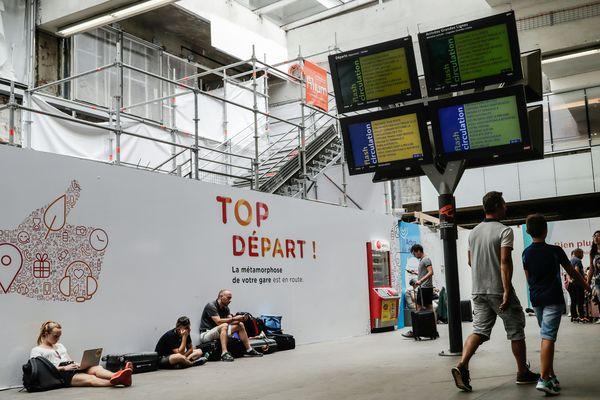Les voyageurs patientent en gare Montparnasse