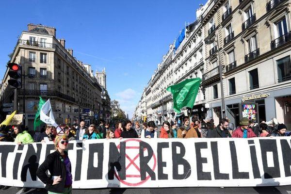 Des militants du mouvement Extinction Rebellion ont bloqué la rue de Rivoli à Paris.