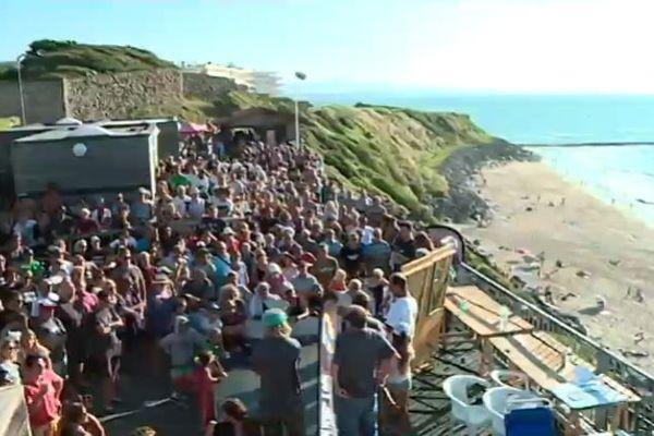 """Plusieurs centaines de personnes rassemblées sur la plage mythique de Biarritz samedi 1er septembre à l'appel du collectif """"Sauvons Marbella"""""""