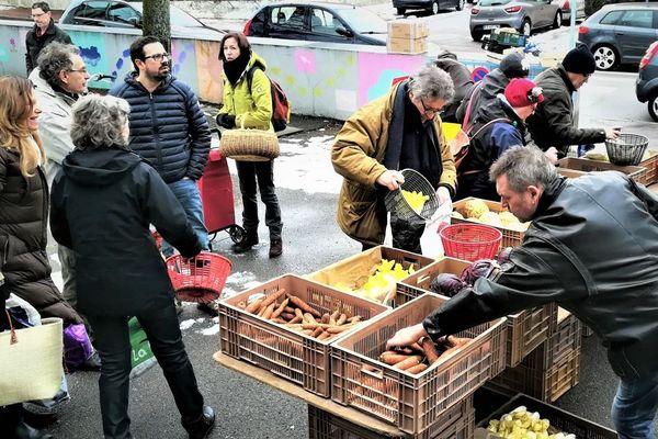 Habituellement, l'AMAP Les Jardins de Virgile, à Dijon, organise ses distributions le samedi matin, de 8h30 à 9h30 au centre social des Bourroches.
