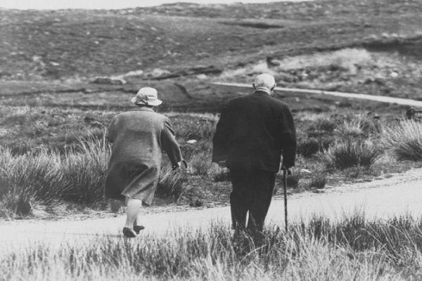 Après l'échec du Référendum, Le général de Gaulle et son épouse partent en Irlande. Cette promenade sur une plage sera une des dernières apparitions publiques de l'Homme du 18 Juin