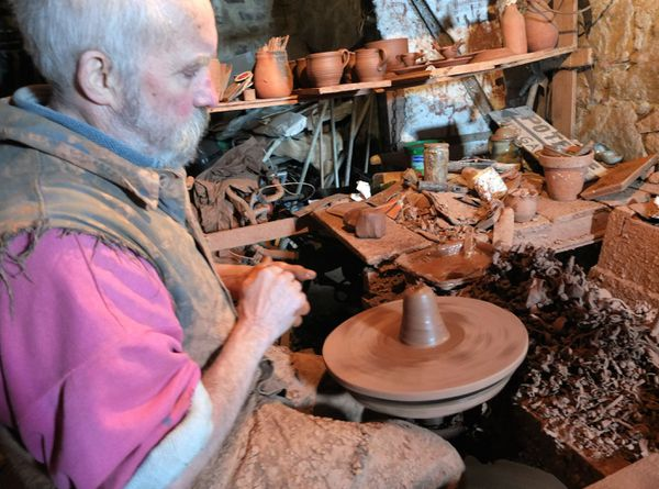 Tous les matins, de façon immuable Jacques Piquery, s'adonnait à la poterie, consacrant chaque après-midi à la peinture.