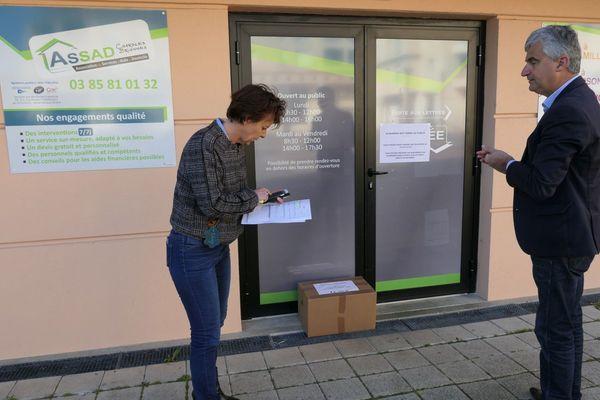 Distribution de masques à Paray-le-Monial par le président du Conseil départemental de Saône-et-Loire André Accary et ses équipes
