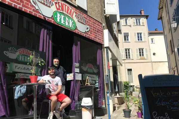 Jonathan Texier, accompagné par un ami commerçant, devant le « Friends Coffee », rue AdrienDubouché à Limoges