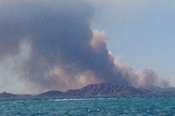 La fumée de l'incendie est visible depuis Marseille.