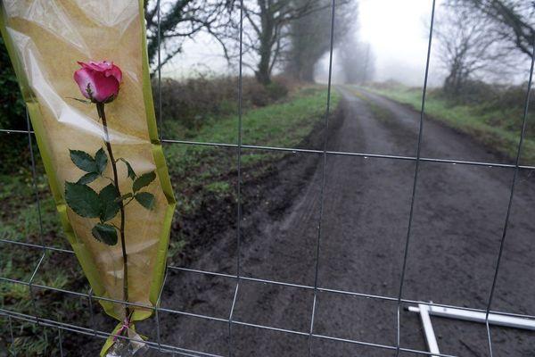 En mars 2017, une rose à Pont-de-Buis, domicile de Hubert Caouissin pour rendre hommage à la famille Troadec dont les quatre membres ont été assassinés