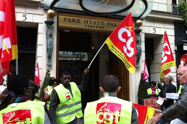 Le personnel sous-traitant travaillant à l'hôtel de luxe Park Hyatt à Paris en grève pour dénoncer leurs conditions de travail en septembre 2013.