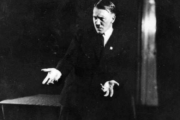 Adolf Hitler posant pour Heinrich Hoffman en 1925