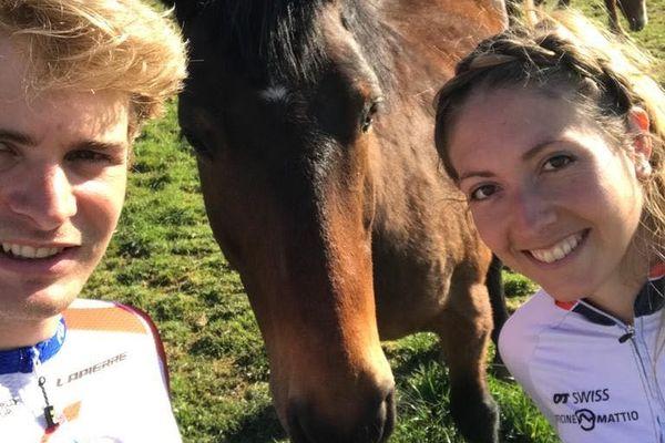 Léo Vincent et Avril Laheurte sont deux cyclistes en repos forcé. Cela leur permet de passer du temps avec leurs chevaux.