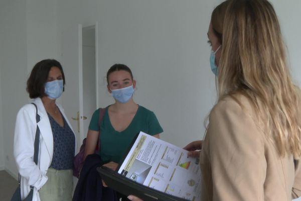 Julie et sa mère sont venues visiter un appartement à Mérignac, pour lequel elles vont devoir se positionner très rapidement.