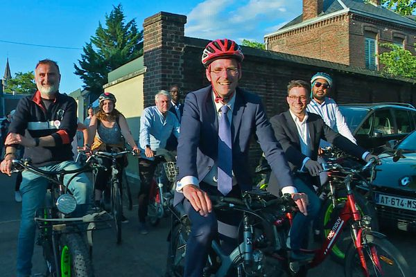 28 juin 2020- Nicolas Mayer-Rossignol part à vélo en direction de l'hôtel de ville de Rouen