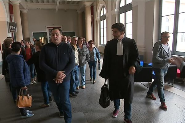 Les ex-salariés de Whirlpool et leur avocat Fiodor Rilov devront se présenter à nouveau au tribunal le 6 novembre prochain.