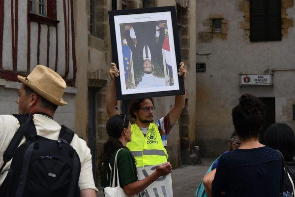 En début d'année, un collectif écologiste avait décroché le tableau d'Emmanuel Macron dans plusieurs mairies avant de manifester avec en mage du G7 de Biarrtiz.