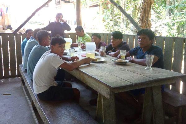Régulièrement, le chaman du village envoie des nouvelles à Mathilde des membres de la communauté Shawi et de la manière dont les fonds sont utilisés