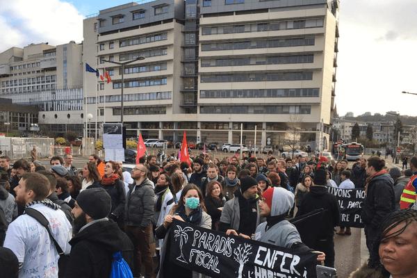 Les manifestants attendaient de pied ferme Emmanuel Macron devant le CHU de Rouen, jeudi 5 avril 2018.