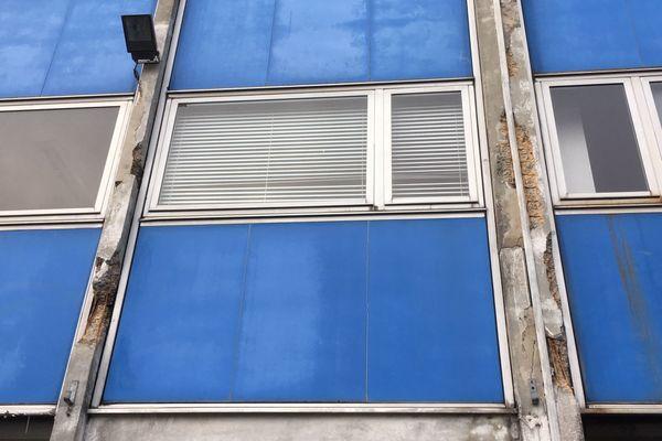 Certains poteaux de la maison des syndicats de Lorient montrent des signes apparents d'usure