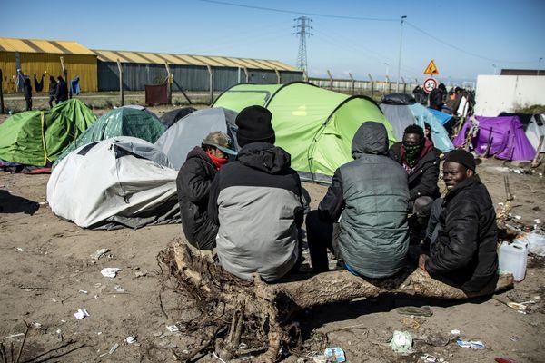 Des migrants à Calais le 31 mars 2020, en plein début de crise sanitaire.