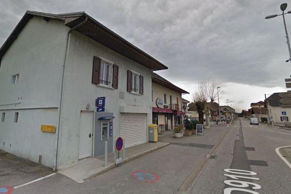 Le distributeur automatique de la Poste de Vallières (Haute-Savoie) cambriolé lundi 7 octobre 2019.