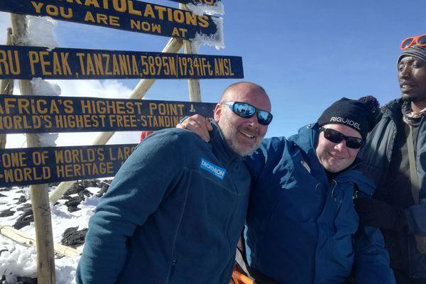 Yann Jondot, Arnaud Chassery et leur guide tanzanien au sommet du Kilimandjaro