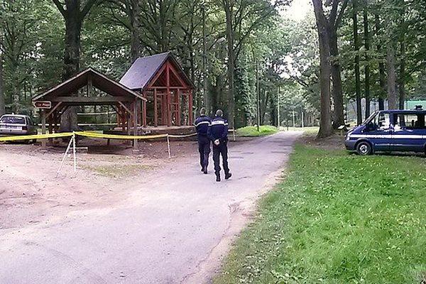 Le bois où le bébé de 4 mois a disparu dans la voiture de ses parents à Chénérailles (23). Un périmètre de sécurité a été mis en place par les gendarmes pour effectuer des prélèvements.