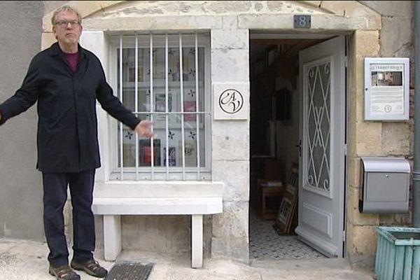 Dick Annegarn devant la verbothèque de Saint Martory