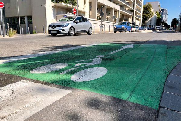 Une bande cyclable, rue Melchior Guinot, dans le 2ème arrondissement de Marseille.