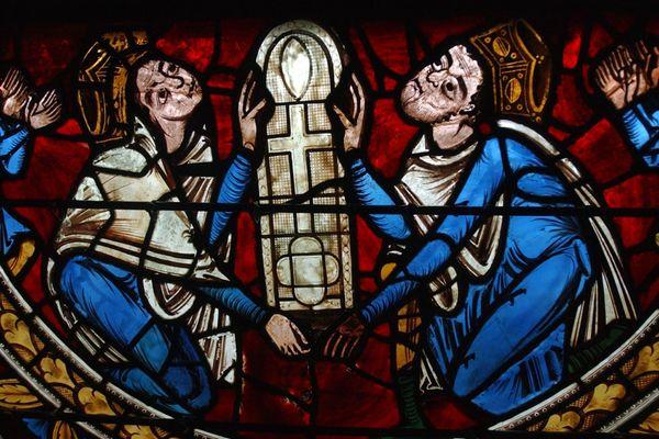 Le vitrail de la crucifixion de la cathédrale de Poitiers, daté de 1159, représente Aliénor d'Aquitaine et Henri II Plantagenêt, donateurs du vitrail lors de la construction de la cathédrale.