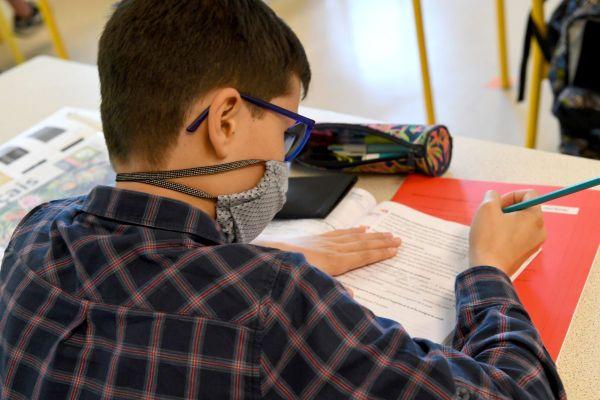 Cette année, épidémie de coronavirus oblige, le brevet est validé à partir des notes du livret scolaire.