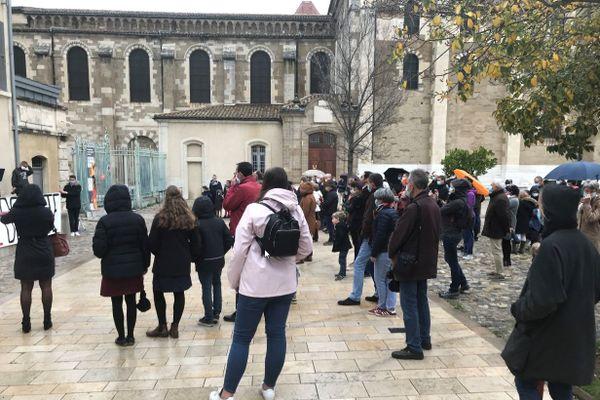 Près de 150 catholiques se sont réunis à Valence (Drôme), dimanche 15 novembre, protestant contre l'interdiction des messes le dimanche pendant le 2e confinement.